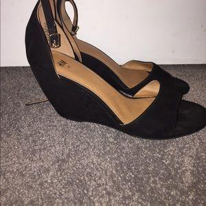 Black short heeled heels