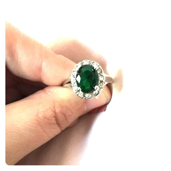 Jewelry - Stunning silver oval, emerald green crystal ring