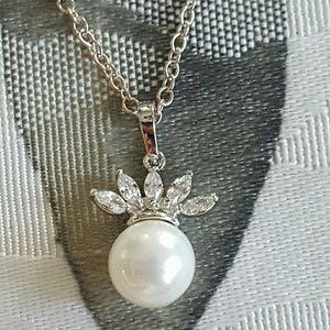 Jewelry - Dainty Pearl Necklace