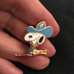 Little snoopy cloisonné scatter pin. Skiing