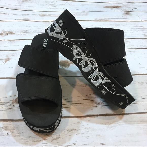 b8c6d432fda Vintage 90s Black Platform Slide Sandals. M 59bb0b054225bebd9f005705