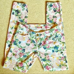 Adorable floral print skinny jeans.