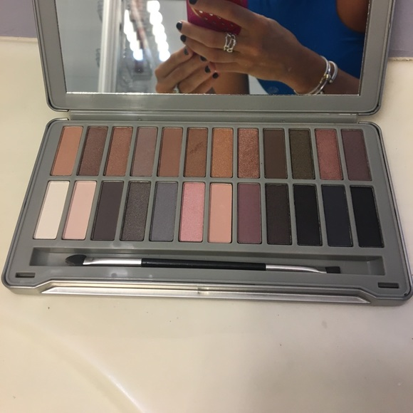 Ellen Tracy Other - 24 Shade Nudes and Smoky Eye Pallet