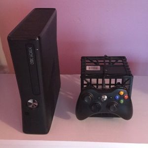 Xbox 360 4 GB with BRAND NEW Controller Bundle