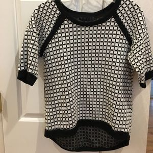 Black and white on-trend knit top, Sz M
