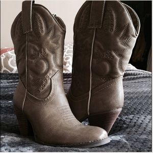 Very volatile Dallas Boots