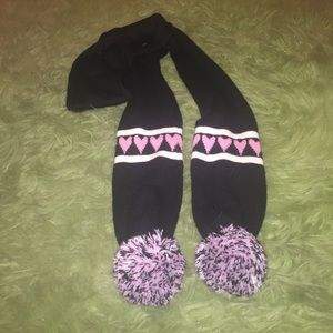 GUESS long cute heart scarf with poofs!