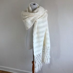 Accessories - Ivory blanket scarf {D}
