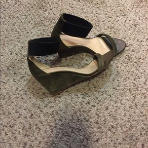 BANANA REPUBLIC GREEN/BLACK WEDGE SANDALS SIZE 7.5