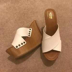 Never worn. Wedge, easy to walk in !
