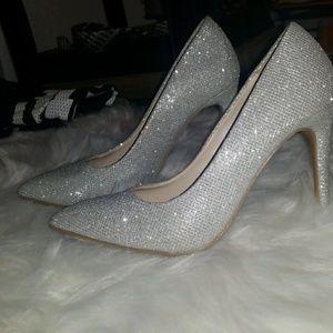 Adorable silver shiny heels 😍