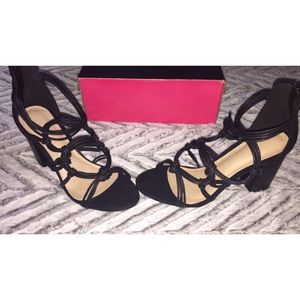 twisted front detailed black block heels 👠