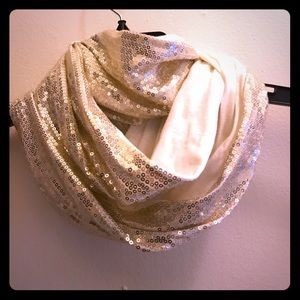 Accessories - NWOT ✨Sparkly gold CIRCLE scarf ✨
