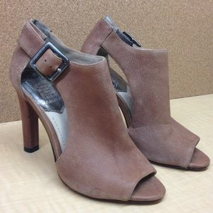 •$69 RETAIL• GENUINE LEATHER VINCE CAMUTO HEELS