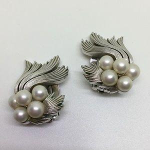🆕Vintage Trifari Silver & Pearl Clip Earrings
