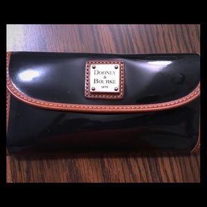 ➡️ Dooney & Bourke Clutch Wallet