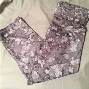 Large workout crop capris white grey marbled/camo