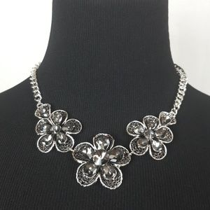 Silver flowers fashion necklace