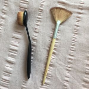 Two makeup brushes contour and highlight