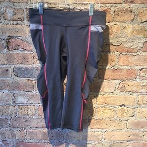 lululemon athletica Pants - Lululemon gray and red crop legging, sz 6, 54364