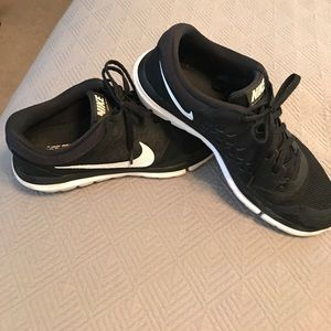 Women's black Nike flex sneakers