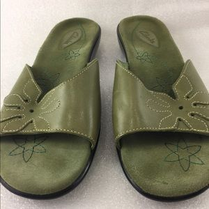 Clarks 9M green sandals womens strap suede
