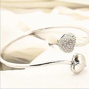 🆕 Crystal Twisted Heart Bracelet