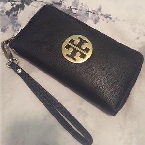 Tory Burch emblem black clutch wallet
