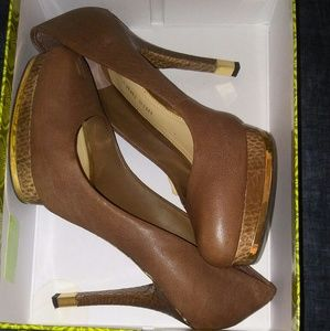 Brown Gianni Bini platform heel in brown gold