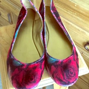 Gorgeous Nine West rose patterned suede flats!