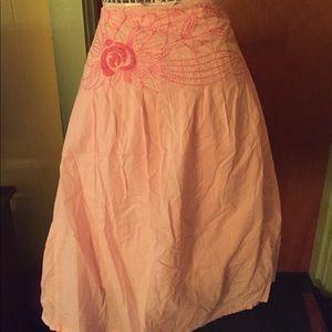 Eyeshadow embroidered pink midi skirt.