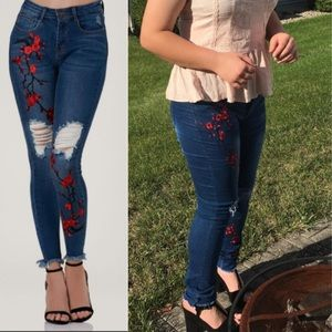 5️⃣🌟LAST 1! Floral Embroidered Skinny Jeans! NEW!