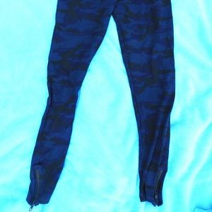 MONROW BLUE CAMO COTTON/SILK ZIP ANKLE LEGGINGS