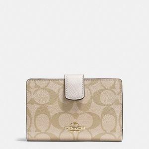 💖Brand New💖 Coach medium corner zip wallet