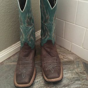 Woman's boots size 7 b. Worn only 2 times