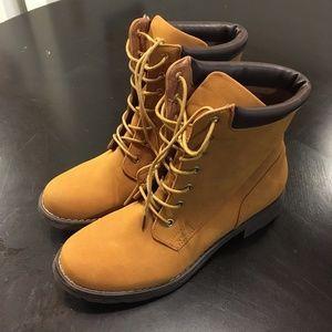 Shoedazzle Jolene 9 tan brown hiking boots.