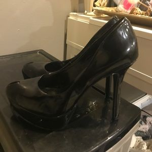 Jessica Simpson black high heel pumps