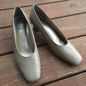 Like new: Life Stride taupe heels Sz. 8 1/2
