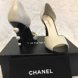 Chanel White Black Pumps with CC Pearls on Heel