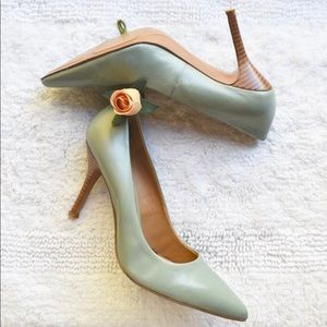 💕 Nine West Light Teal w/ Wood Inspired Heel 💕