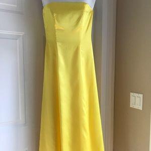 Women yellow sleeveless gown