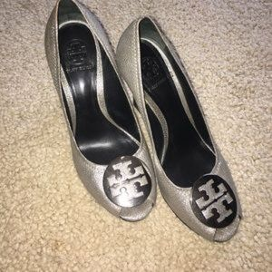 ISO TORY BURCH SALIY WEDGES IN SILVER