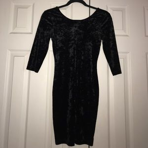 Selling this hooked back, 3/4 length sleeve dress