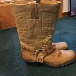 Womans Frye engineer boots womans tan