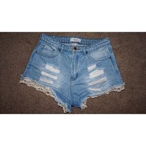 High waisted ripped laced jean shorts 🌸
