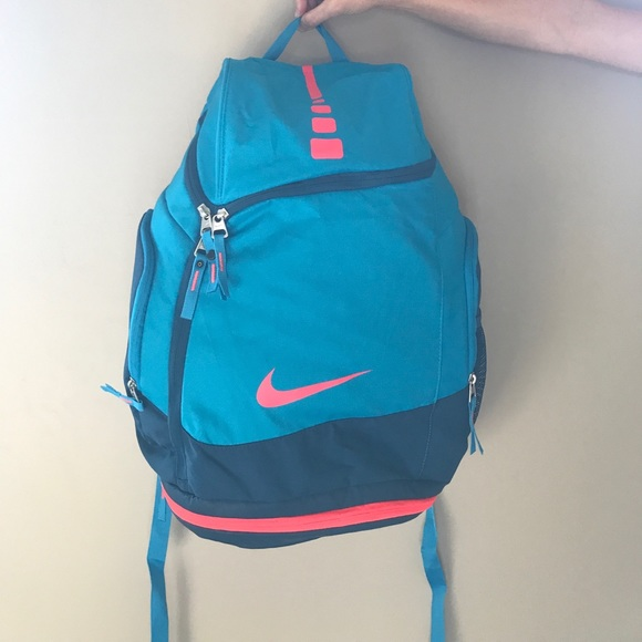 43e85a62ed Nike Elite Basketball Bag. M 59c8290b981829a70203ba31