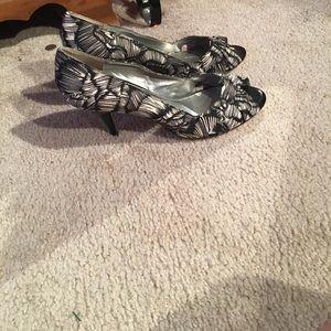 Bandolino Black and white peep toe heels