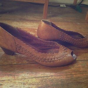 Bandolino woven leather sandals/heels