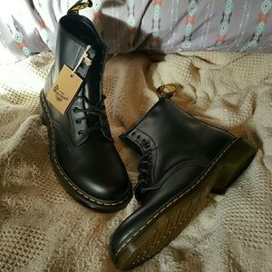 🕇 Doc Marten's 1460 Black Smooth 8-Eye Lace Boot