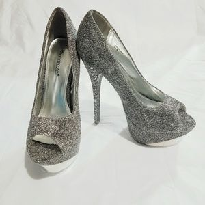 ShoeDazzle size 8 high heels silver